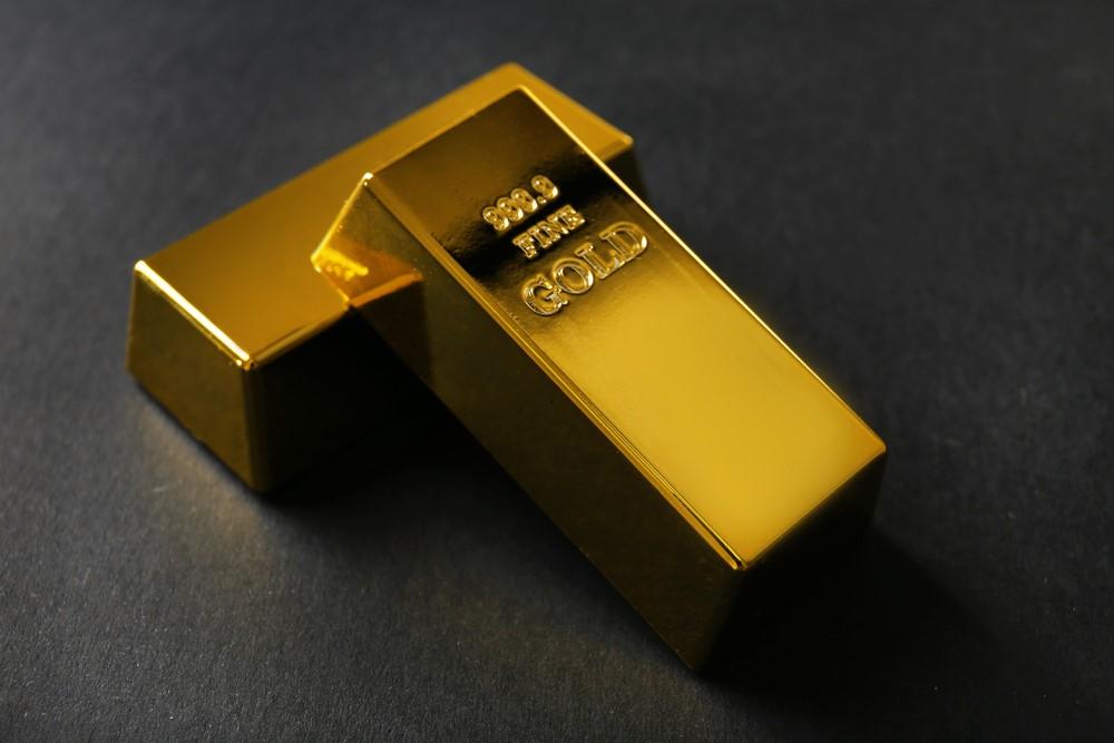 Zwei Goldbarren liegen auf dem Boden
